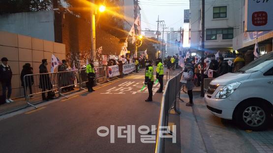 朴 검찰 출석 `D-day`…삼성동 자택 앞 `폭풍전야`