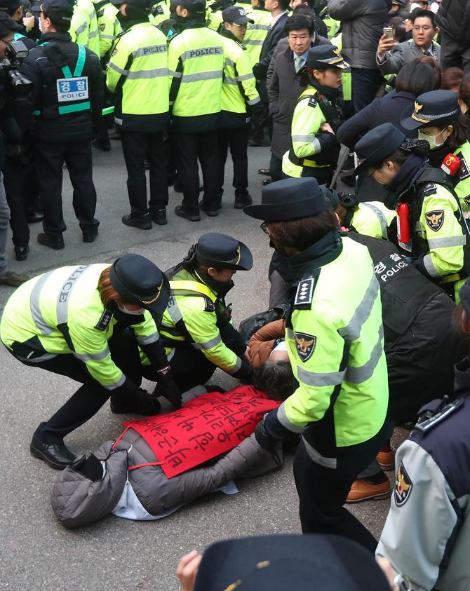 [맥모닝 뉴스] `피의자 박근혜` 檢 포토라인 선다, 문재인 아들 의혹 2012년에도 제기 外