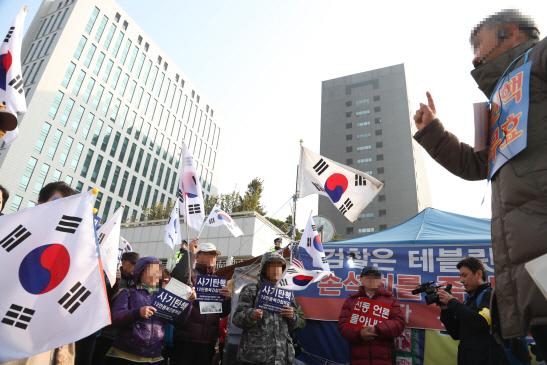 `구속하라` VS `조사 철회` 박근혜 소환 중앙지검 북새통