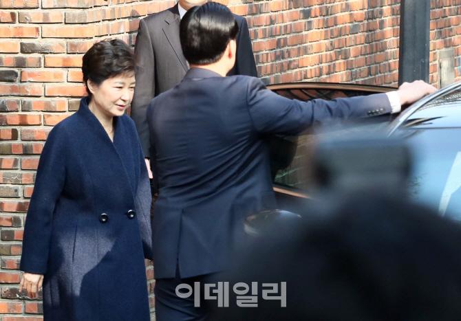 [포토]차량에 타는 박근혜