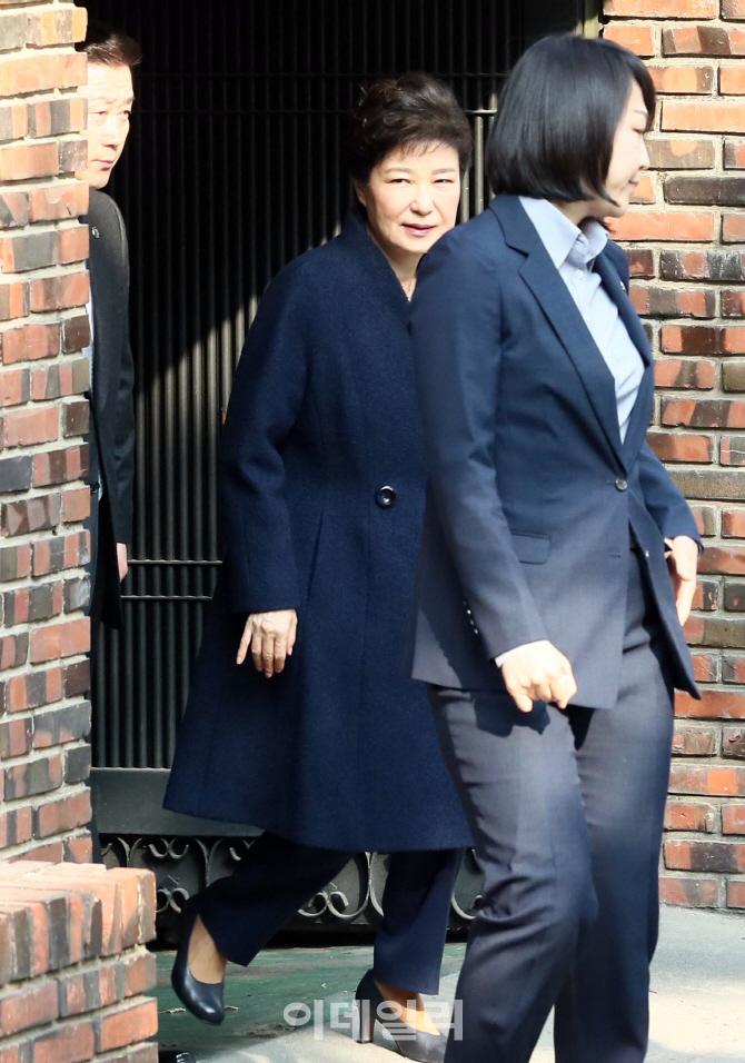 [포토]삼성동 자택 나서는 박근혜, `검찰 소환 조사`