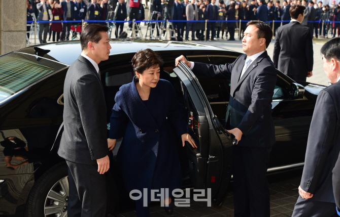 [포토]수많은 취재진 지켜보는 가운데 검찰 도착한 박 전 대통령