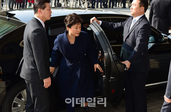 [포토]취재진 지켜보는 가운데 검찰 도착한 박 전 대통령