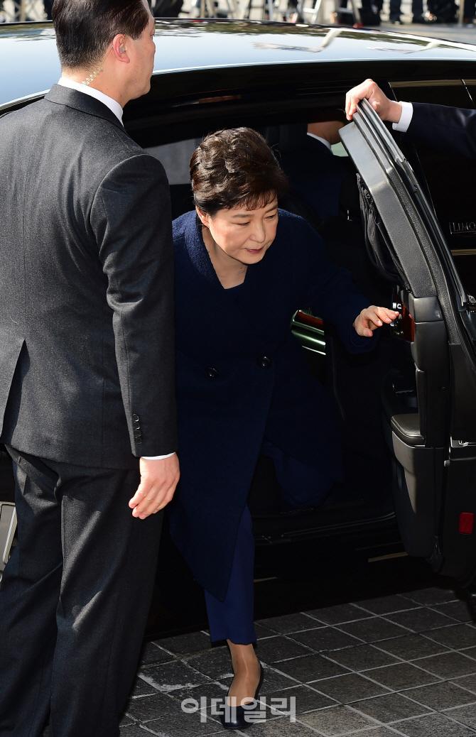 [포토]차량에서 내리는 박근혜