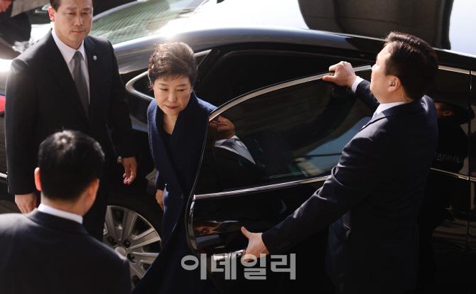 [포토]차량서 내리는 박근혜