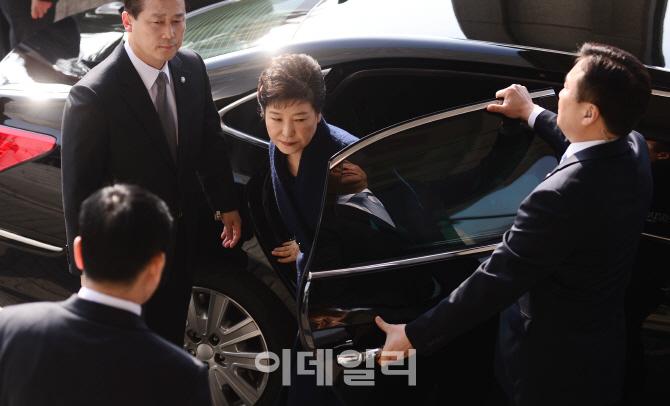 [포토]굳은 표정으로 차량서 내리는 박 전 대통령