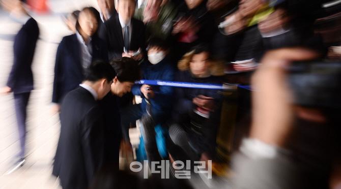 [포토]취재진 앞에 고개숙인 박 전 대통령
