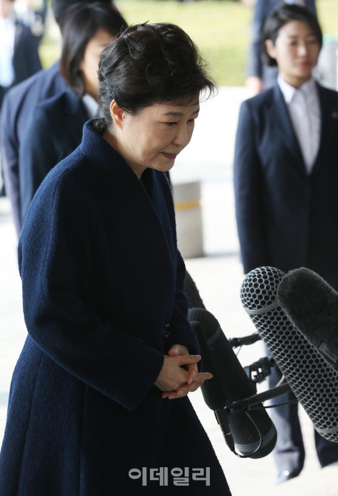 [포토]두손 모은 박근혜 전 대통령
