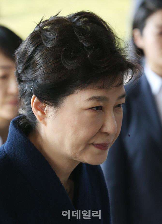 [포토]청사 바라보며 들어서는 박근혜 전 대통령