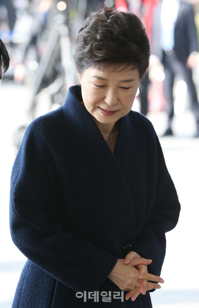 [포토]고개숙인 채 중앙지검 들어서는 박근혜 전 대통령