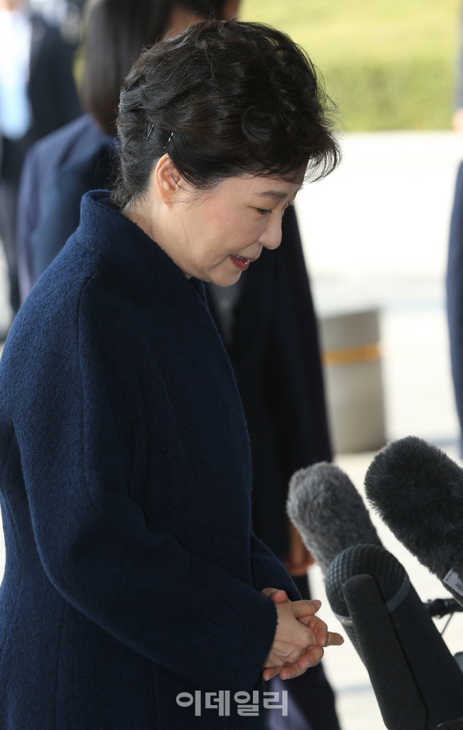 [포토]중앙지검 출석하는 박근혜 전 대통령 `묵묵`