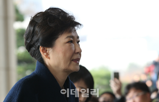 [포토]중앙지검 청사 바라보는 박근혜 전 대통령