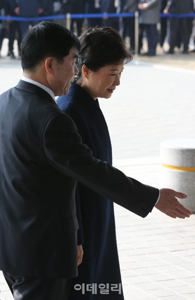 [포토]안내받는 박근혜 전 대통령