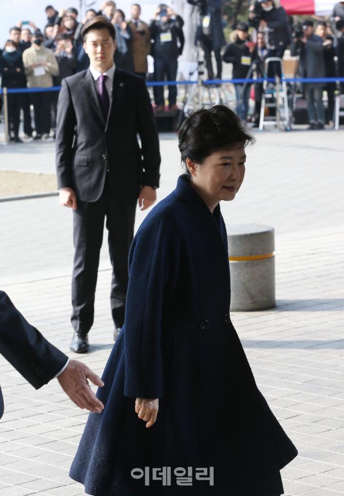 [포토]박근혜 전 대통령과 취재진