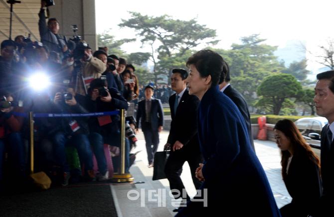 [포토]검찰청사 들어가는 박근혜 전 대통령