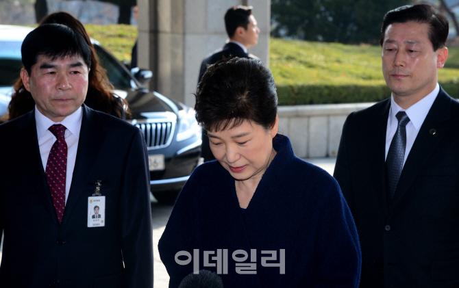 [포토]고개 숙인 박근혜, `국민들께 송구스럽다`