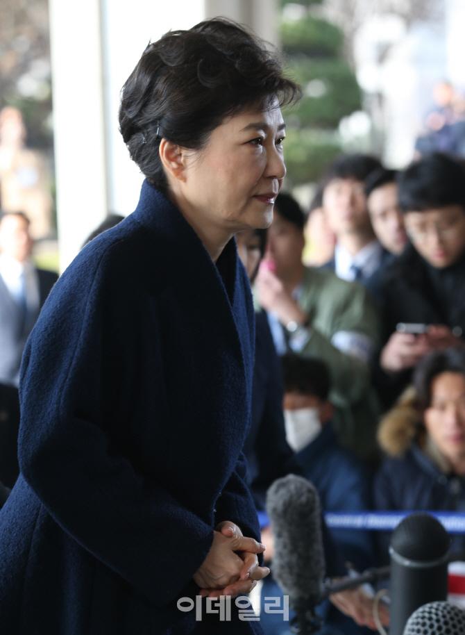 [포토]검찰 들어서는 박근혜 전 대통령 `어두운 표정`