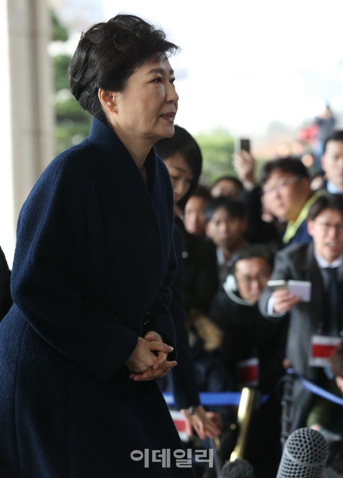 [포토]검찰 출석하는 박근혜 전 대통령 `어두운 표정`