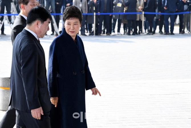 [포토]고개 숙인 박근혜 전 대통령, `국민들께 송구스럽다`