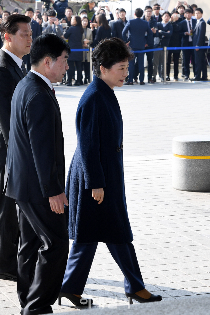 [포토]박 전 대통령, 한걸음 한걸음`