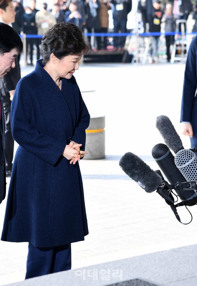 [포토]방송 마이크 바라보는 박 전 대통령