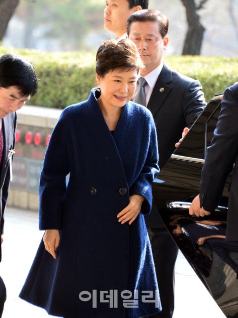 朴, 대동한 변호사 6인…탄핵심판 대리인단 축소판