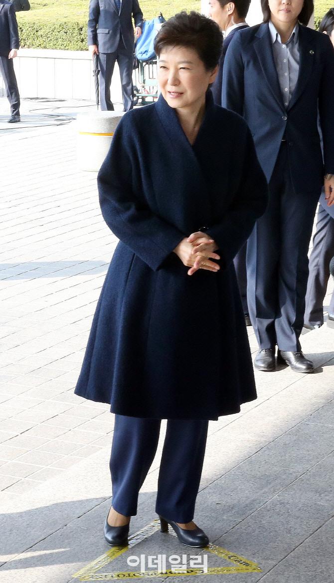 `전투복에 올림머리`…굳이 靑 퇴거때 옷 입은 朴