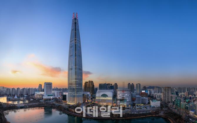 123층 롯데월드타워 韓랜드마크 `우뚝`…전야제 불꽃 물들인다