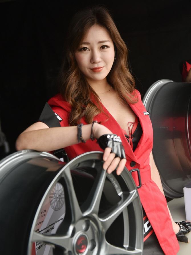 [핸즈 페스티벌] 휠과 함께 포즈를 취하고 있는 레이싱 모델 이수빈