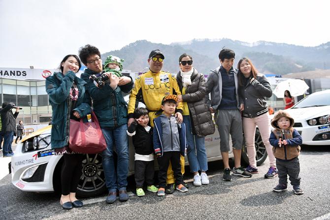 [핸즈 페스티벌] 가족, 친구들과 함께 사진을 찍는 영 모터스 권오윤