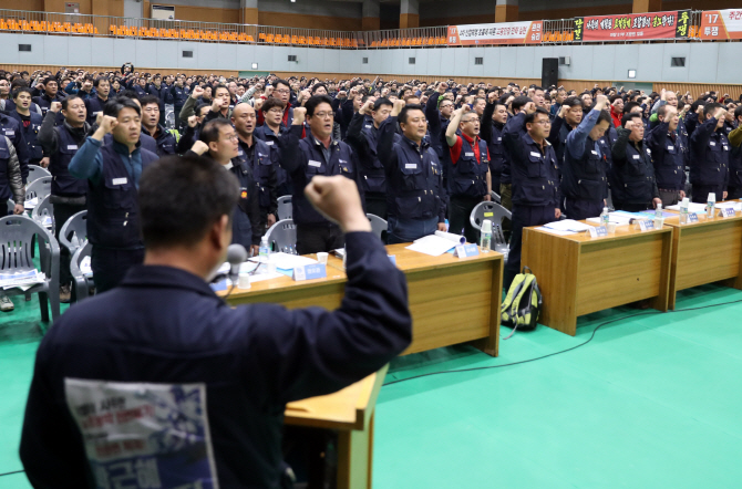 현대차 노조 '정년연장·임금피크제 폐지' 요구…험난한 임단협 예고
