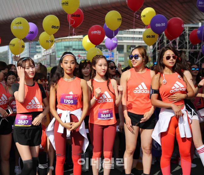 [포토] 부산 마라톤 대회 참가한 정혜성, 문가비, 효민