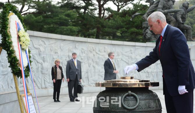 [포토]분향하는 마이크 펜스 미국 부통령