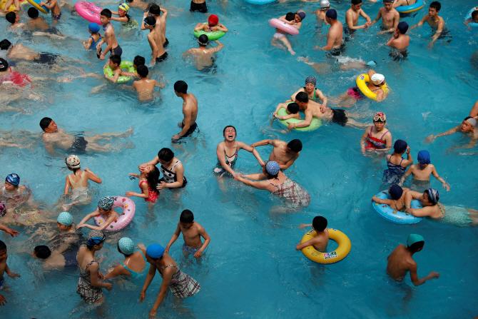 [포토] 평양 워터파크 `문수 물놀이장` 즐기는 北어린이들