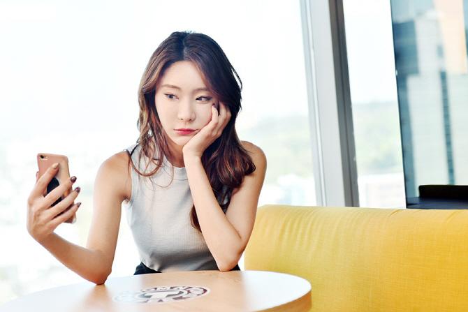 [포토] 레이싱 모델 정주희 `쉬는 시간에 셀카 한 장!`