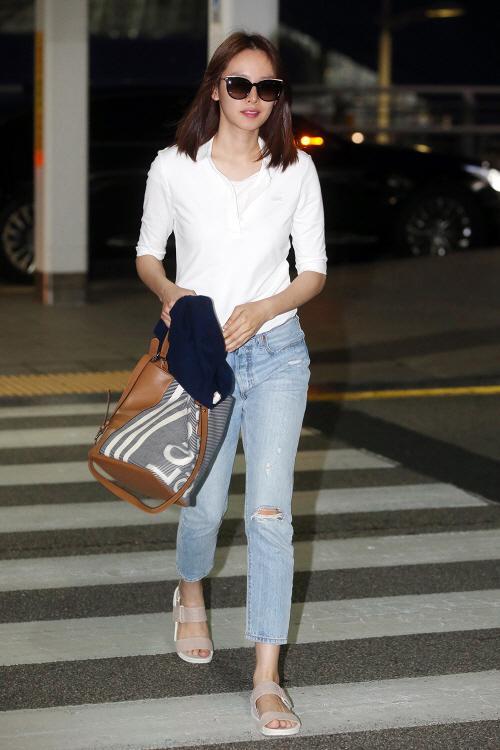 [패션in 공항] 조윤희, 청바지에 흰티 하나로 공항패션 완성