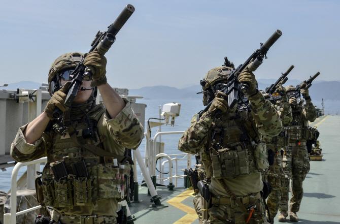 [포토] 청해부대 24진, 해적 진압훈련