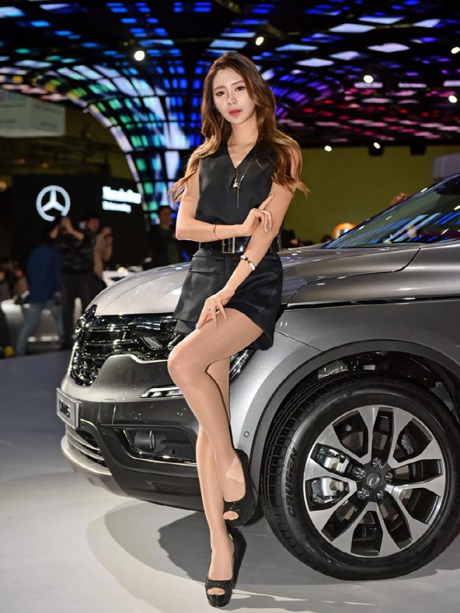 2017 서울모터쇼에서 시선을 끄는 그녀, 레이싱 모델 서한빛