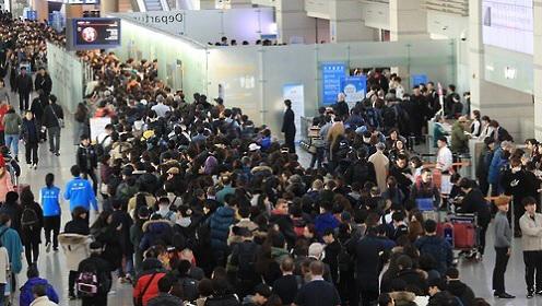 비행기표 값 月 4천억…불황 속 해외여행만 급증했다