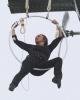 나이아가라 폭포 상공에 뜬 헬리콥터, 그리고 밧줄을 입에 물고 내려온 여성