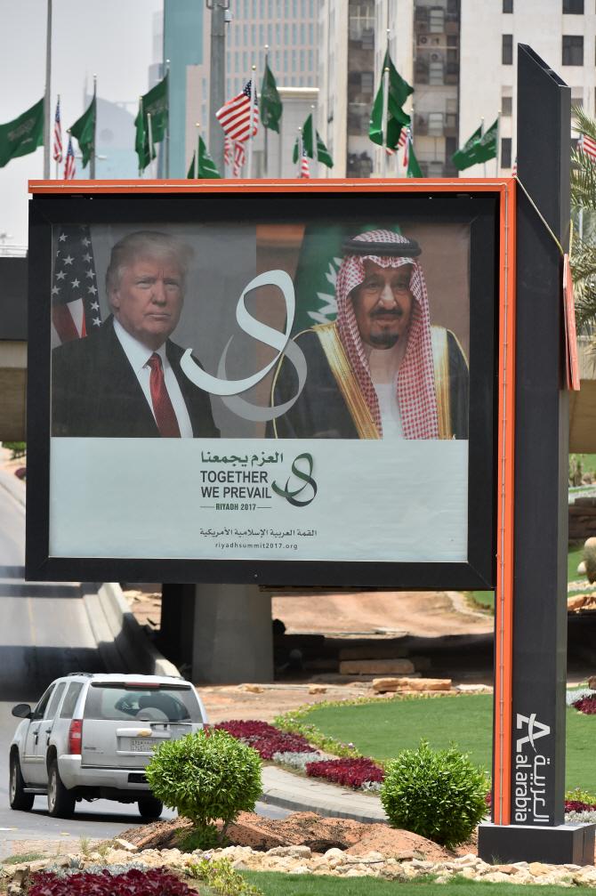 트럼프, 사우디·UAE `편들기` 논란…`사업이익 때문` 의혹제기