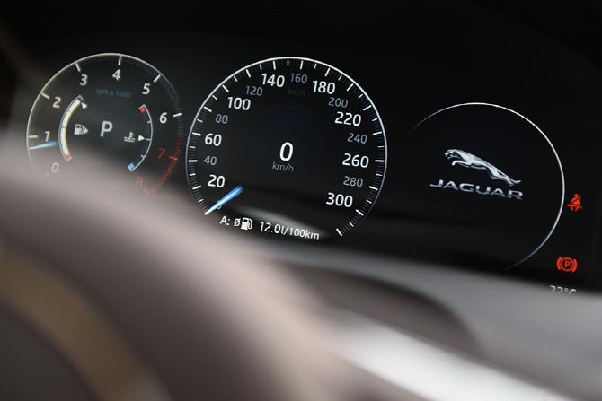 [포토] 드라이빙에 자신감을 담은 재규어 XJ L 포트폴리오 SV6 AWD