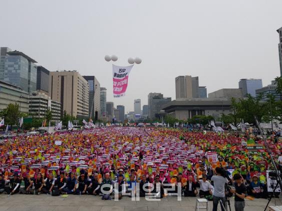 도심 거리로 나선 비정규직 노동자들…文정부 출범 첫 대규모 집회