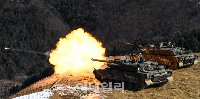 [김관용의 軍界一學]K2 흑표전차 국산 파워팩 논란, 국방규격 바뀔까?