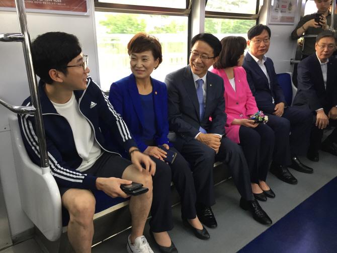 [포토]광역 급행열차 시승하는 김현미 국토부 장관