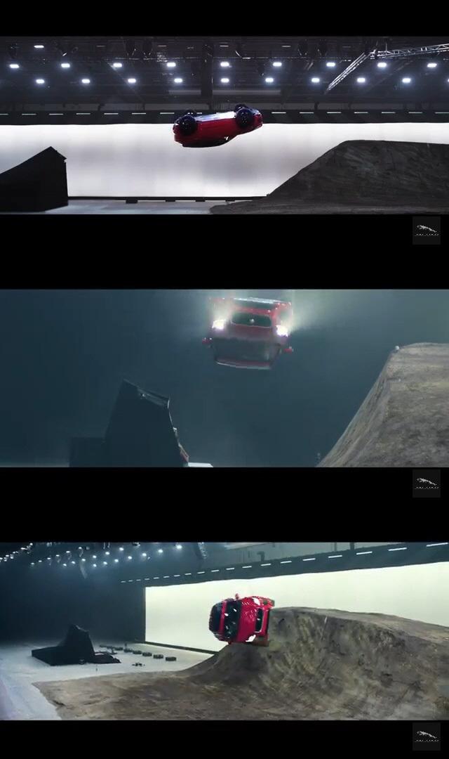[영상]재규어, 270도 공중회전으로 기네스북 등재…`제임스 본드` 생각나네