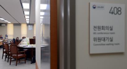 최저임금위 막판 진통… 노사 정회·속개 반복하며 힘겨루기