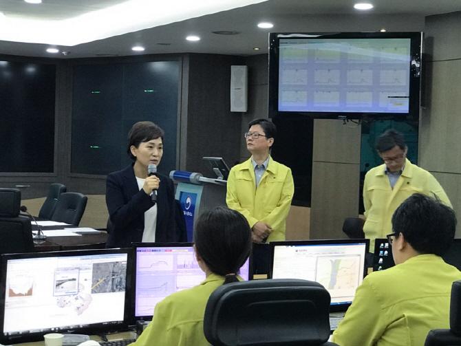 김현미 국토부 장관, 한강홍수통제소서 댐·보 운영 점검