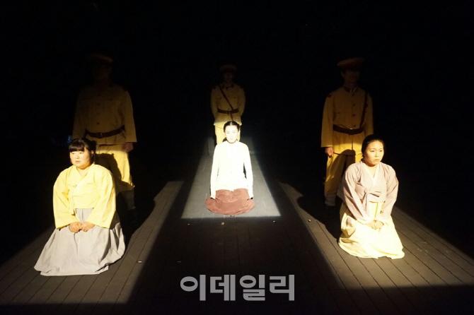 일본군 위안부 문제 해결 위해 연극으로 `촛불` 든다