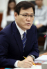 [포토]자료 받는 최종구 금융위원장 후보자